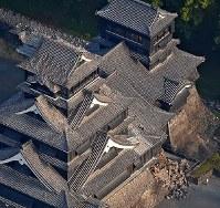 地震で石垣や屋根が壊れた熊本城=熊本市中央区で2016年4月15日午前6時48分、本社ヘリから矢頭智剛撮影