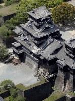 地震で天守閣の屋根瓦と石垣が崩れた熊本城=熊本市中央区で2016年4月15日午前11時18分、本社ヘリから幾島健太郎撮影