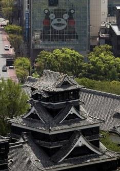 地震で天守閣の屋根瓦が崩れた熊本城=熊本市で2016年4月15日午前11時29分、本社ヘリから幾島健太郎撮影