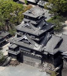 シャチホコが落ちた熊本城の天守閣屋根=熊本市で2016年4月15日午後2時7分、本社ヘリから矢頭智剛撮影