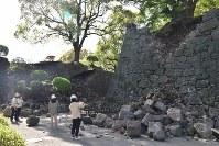 枡形通路をふさぐ状況で左右に石垣が崩れている=熊本市中央区の熊本城頬当門で2016年4月15日午前8時59分、出口絢撮影