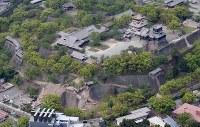多くの場所に被害が出た熊本城=熊本市で2016年4月16日午前10時4分、本社機「希望」から梅村直承撮影