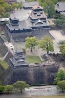 さらにかわらが落ちるなどの被害が出た熊本城とその周辺=熊本市中央区で2016年4月16日午前10時4分、本社機「希望」から梅村直承知撮影