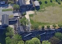 地震で崩れ落ちた熊本城の一部(手前)=熊本市中央区で2016年4月16日午前8時9分、本社ヘリから矢頭智剛撮影