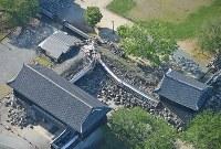崩れ落ちた熊本城の回廊=熊本市で2016年4月16日午前8時9分、本社ヘリから矢頭智剛撮影