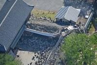 崩れ落ちた熊本城の回廊(手前)=熊本市で2016年4月16日午前8時9分、本社ヘリから矢頭智剛撮影