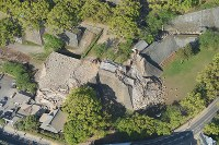 崩壊した熊本城の重要文化財の櫓=熊本市中央区で2016年4月16日午前8時7分、本社ヘリから矢頭智剛撮影