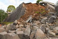 16日未明の地震で崩れた熊本城の石垣=熊本市中央区で2016年4月16日午前6時13分、和田大典撮影