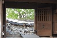 地震で崩れた熊本城の城壁=熊本市中央区で2016年4月16日午前6時19分、和田大典撮影