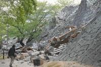 地震で崩れた熊本城の石垣=熊本市中央区で2016年4月16日午前6時26分、和田大典撮影
