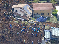 The search for the missing continues around homes destroyed by a landslide in Minamiaso, Kumamoto Prefecture, on April 17, 2016. (Mainichi)
