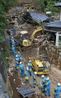 Police search for anyone still trapped under rubble, in Minamiaso, Kumamoto Prefecture, on April 17, 2016. (Mainichi)