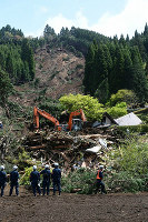 Construction equipment is used to search for the missing among rubble at the Hinotori hot springs, in Minamiaso, Kumamoto Prefecture, on April 17, 2016. (Mainichi)
