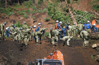 Self-Defense Force members and police continue searching for the missing in rubble at Hinotori hot springs in Minamiaso, Kumamoto Prefecture, on April 17, 2016. (Mainichi)