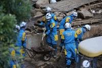 取り残された人がいないか捜索する警察捜索隊=熊本県南阿蘇村で2016年4月17日午後2時5分、宮武祐希撮影