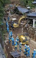 取り残された人がいないか捜索する警察捜索隊=熊本県南阿蘇村で2016年4月17日午後2時4分、宮武祐希撮影