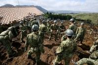 大規模な土砂崩れ現場で行方不明者を捜索する大勢の自衛隊員ら=熊本県南阿蘇村で2016年4月17日午後1時35分、森田剛史撮影