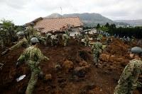 大規模な土砂崩れ現場で行方不明者を捜索する大勢の自衛隊員や警察官ら=熊本県南阿蘇村で2016年4月17日午後1時42分、森田剛史撮影