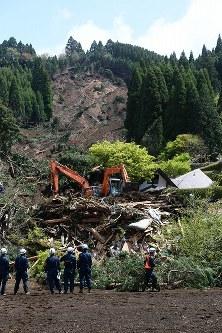 重機で行方不明者の捜索が続く「火の鳥温泉」の倒壊現場=熊本県南阿蘇村で2016年4月17日午前10時59分、津村豊和撮影