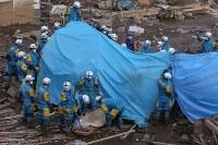 行方不明者を捜索する警察捜索隊=熊本県南阿蘇村で2016年4月17日午後6時25分、宮武祐希撮影