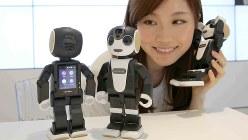 人型ロボット携帯電話「RoBoHoN(ロボホン)」=2016年4月14日、宮武祐希撮影