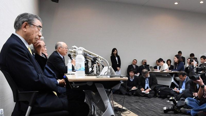 記者会見で辞任を表明したセブン&アイ・ホールディングスの鈴木敏文会長(左端)=2016年4月7日、徳野仁子撮影