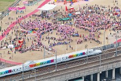 CM撮影で特別走行する「さくら」。沿線各地で計1万人が手を振った=熊本県八代市で2011年2月20日、和田大典撮影