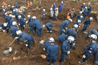 Police officers continue the search for people still missing after the Kumamoto Earthquake, in Minamiaso, Kumamoto Prefecture, on April 19, 2016. (Mainichi)