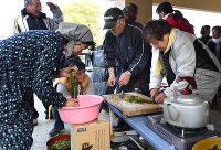 Earthquake survivors prepare vegetables at an evacuation center in Minamiaso, Kumamoto Prefecture, on April 19, 2016. (Mainichi)