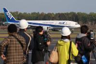熊本空港が再開し、大勢の報道陣が見守るなか到着した第1便=熊本県益城町で2016年4月19日午前7時40分、兵藤公治撮影