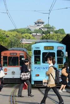 4日ぶりに一部区間で運転を再開した市電=熊本市中央区手取本町で2016年4月19日午前8時12分、柿崎誠撮影