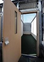 死刑囚が使う運動場。開放感にひたれる雰囲気はない(一部画像を処理しています)=2012年10月4日、須賀川理撮影