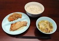 取材した日の昼食は麦入りご飯と豚肉のスタミナ焼き、切り干し大根、中華ナメコ汁だった=2012年10月4日、須賀川理撮影