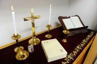 キリスト教用の教誨室の祭壇には十字架やろうそく、聖書などが並ぶ=2012年10月4日、須賀川理撮影