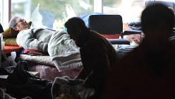 避難所で休むお年寄り。不眠が長引いている場合は昼寝してみるといい=岩手県大船渡市で2011年3月26日、西本勝撮影