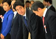 第2回の安全保障の法的基盤の再構築に関する懇談会に臨み、一礼する安倍晋三首相(中央)=首相官邸で2013年9月17日、藤井太郎撮影