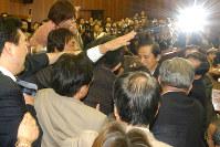 イラク特措法案をめぐってもみ合う与野党の議員=参院外交防衛委で2003年7月25日、小林努写す