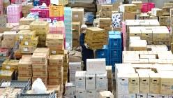 全国から届いた支援物資=熊本県益城町で2016年4月19日、久保玲撮影