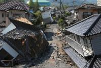 地震で倒壊した住宅=熊本県益城町で20日午前9時14分、兵藤公治撮影