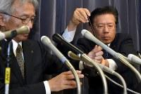 記者会見する三菱自動車の相川哲郎社長(右)=東京・霞が関の国交省で2016年4月20日午後5時8分、竹内幹撮影