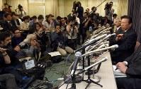 大勢の報道陣の前で記者会見する三菱自動車の相川哲郎社長(右端)=東京・霞が関の国交省で2016年4月20日午後5時27分、竹内幹撮影