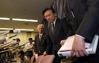 記者会見を終え席を立つ三菱自動車の相川哲郎社長(中央)=東京・霞が関の国交省で2016年4月20日午後7時1分、竹内幹撮影
