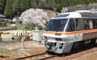 列車の車窓から「臥龍桜」を見ることができる=岐阜県高山市で2016年4月15日、中村宰和撮影