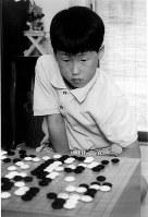 小学3年生の時、記者と対局する井山裕太=1998年6月、大阪府東大阪市の井山の自宅で