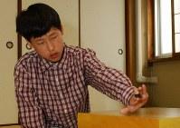 プロ棋士のデビュー戦の第1着をうつ井山裕太初段=大阪市北区の日本棋院関西総本部で15日午前10時、小関勉写す