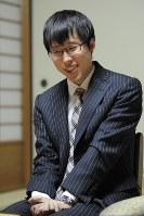 王座戦五番勝負に3連勝でタイトル奪取。5冠を達成し、笑顔を見せる井山裕太本因坊=神戸市内のホテルで2012年11月22日午後7時6分、望月亮一撮影
