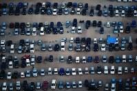 被災者の車がずらりと並ぶ避難所の駐車場。車中泊の被災者も多い=熊本県益城町の広安小学校で2016年4月20日午後6時58分、本社ヘリから須賀川理撮影