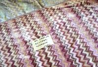 避難所の毛布の上に置かれたメッセージ。避難者の数はひっ迫している=熊本県益城町の町立広安西小で2016年4月20日午前11時19分、久保玲撮影