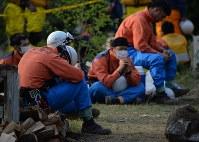 安否不明者の捜索現場近くで休憩する消防隊員ら=熊本県南阿蘇村河陽で2016年4月20日午後5時21分、西本勝撮影