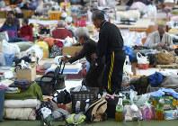 避難所では風邪を引いている人もおり、感染症流行が心配される=熊本県西原村の村立西原中で2016年4月20日午後3時38分、久保玲撮影